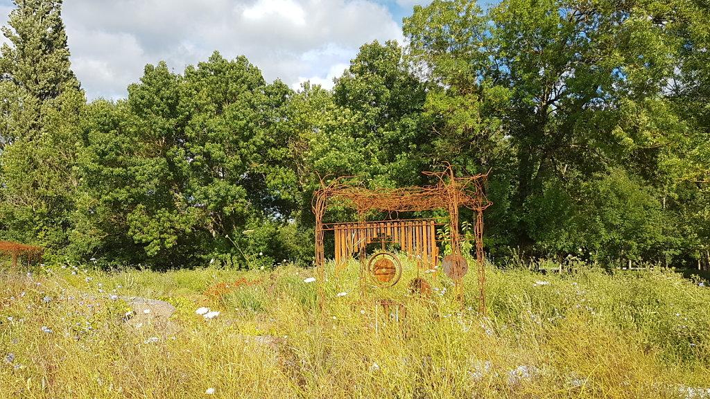 portique dans la prairie